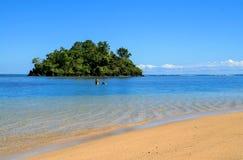 Άποψη νησιών άλμπατρος από την ακτή νησιών Upolu, παλιός τροπικός παράκτιος παράδεισος με τα καθαρά μπλε νερά κρυστάλλου στον κεν στοκ φωτογραφίες