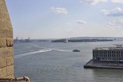 Άποψη νησιών κυβερνητών από τη γέφυρα του Μπρούκλιν πέρα από ανατολικός ποταμός από την πόλη της Νέας Υόρκης στις Ηνωμένες Πολιτε στοκ εικόνες