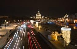 Άποψη νύχτας από την πετώντας στα ύψη γέφυρα στο πάρκο Zaryadye, Μόσχα στοκ εικόνα