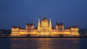 Άποψη νύχτας από τον ποταμό στο Κοινοβούλιο του ουγγρικού κτηρίου του Κοινοβουλίου της Βουδαπέστης, ουγγρική πρωτεύουσα, Βουδαπέσ απόθεμα βίντεο