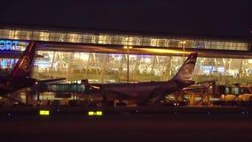 Άποψη νύχτας αργά ολίσθησης του νέου τερματικού του διεθνούς αερολιμένα Phuket Ταϊλάνδη απόθεμα βίντεο