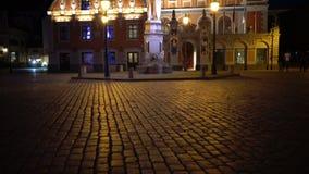 Άποψη νύχτας ενός μνημείου στο Roland στο τετράγωνο Δημαρχείων ενάντια στο σπίτι υποβάθρου των σπυρακιών της Ρήγας Λετονία απόθεμα βίντεο