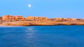 Άποψη νύχτας ενός πέντε αστέρων ξενοδοχείου στην ακτή Χαρακτηριστική άποψη ο στοκ φωτογραφία