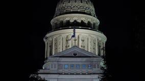Άποψη νύχτας κινηματογραφήσεων σε πρώτο πλάνο του θόλου κρατικού Capitol του Τέξας απόθεμα βίντεο