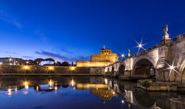 Άποψη νύχτας μετά από το ηλιοβασίλεμα, citylights στη Ρώμη Στοκ Φωτογραφία