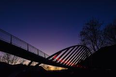 Άποψη νύχτας με τη γέφυρα που φωτίζεται Στοκ φωτογραφία με δικαίωμα ελεύθερης χρήσης