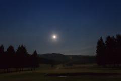 Άποψη νύχτας με το φεγγάρι του γηπέδου του γκολφ στο δάσος Cansiglio, Βένετο, Στοκ Εικόνες