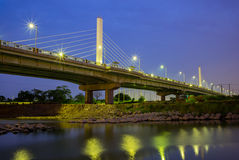 Άποψη νύχτας μιας γέφυρας Στοκ Εικόνες