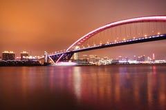 άποψη νύχτας μιας σύγχρονης γέφυρας εθνικών οδών στη Σαγγάη, Κίνα Στοκ εικόνα με δικαίωμα ελεύθερης χρήσης