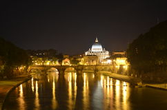 Άποψη νύχτας πέρα από τον ποταμό tiber, το basiica peters Αγίου και ponte sant το Angelo στη Ρώμη Στοκ Εικόνες