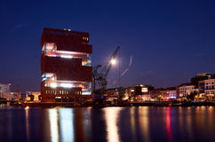 Άποψη νύχτας πέρα από το μουσείο MAS στην Αμβέρσα στοκ φωτογραφίες με δικαίωμα ελεύθερης χρήσης