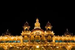 Άποψη νύχτας παλατιών του Mysore στο Mysore, Ινδία στοκ φωτογραφίες