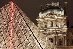Άποψη νύχτας πυραμίδων και μουσείων του Λούβρου στο Παρίσι Στοκ Εικόνες