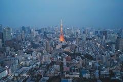 Άποψη νύχτας πύργων του Τόκιο - εικόνα έννοιας επιχειρησιακών πόλεων, σύγχρονο κτήριο εικονικής παράστασης πόλης το βράδυ Στοκ εικόνες με δικαίωμα ελεύθερης χρήσης
