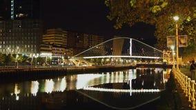 Άποψη νύχτας στη γέφυρα για πεζούς αψίδων πέρα από τον ποταμό Nervion στο Μπιλμπάο, Ισπανία, timelapse φιλμ μικρού μήκους