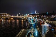 Άποψη νύχτας στη Μόσχα Κρεμλίνο και όχθεις ποταμού που διακοσμούνται με τη Νέα Υόρκη ι Στοκ Εικόνες