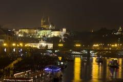 Άποψη νύχτας σχετικά με την ιστορική εικονική παράσταση πόλης της Πράγας και το κάστρο της Πράγας Στοκ Εικόνες