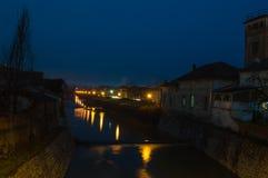Άποψη νύχτας σχετικά με τον ποταμό Pakra από τον περίπατο τοπικά αποκαλούμενη Βενετία στοκ εικόνα