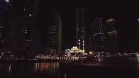 Άποψη νύχτας σχετικά με το θαυμάσιο μικρό μουσουλμανικό τέμενος στη μαρίνα του Ντουμπάι, άποψη από το επιπλέον σκάφος αναψυχής απόθεμα βίντεο