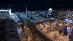 Άποψη νύχτας σχετικά με το χιονώδη φωτισμό τετραγώνων και φεστιβάλ στην πόλη φιλμ μικρού μήκους