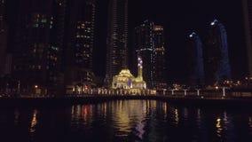 Άποψη νύχτας σχετικά με το όμορφο μικρό μουσουλμανικό τέμενος στη μαρίνα του Ντουμπάι, άποψη από το επιπλέον σκάφος αναψυχής φιλμ μικρού μήκους