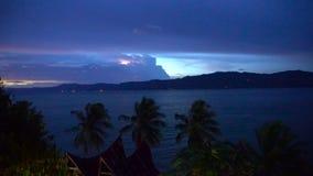 Άποψη νύχτας σχετικά με Toba τη λίμνη με το φως λάμψης απόθεμα βίντεο