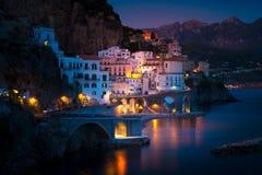 Άποψη νύχτας της Αμάλφης στη γραμμή ακτών Μεσογείου, Ιταλία Στοκ φωτογραφία με δικαίωμα ελεύθερης χρήσης