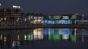 Άποψη νύχτας της αποβάθρας με τα γιοτ, το ξενοδοχείο και τη χαρτοπαικτική λέσχη στην Αλικάντε, Ισπανία απόθεμα βίντεο