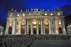 Άποψη νύχτας της βασιλικής Αγίου Peter στη πόλη του Βατικανού στοκ φωτογραφία