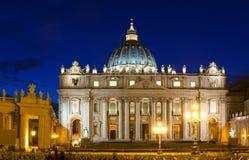 Άποψη νύχτας της βασιλικής του ST Peter s στη Ρώμη, Βατικανό Στοκ Φωτογραφίες