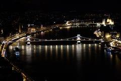 Άποψη νύχτας της Βουδαπέστης από το λόφο Gillert στον ποταμό πόλεων και Δούναβη Στοκ Εικόνα
