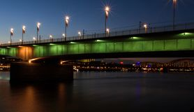 Άποψη νύχτας της γέφυρας από τον ποταμό, πόλη της Κολωνίας στοκ εικόνες