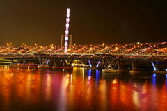 Άποψη νύχτας της γέφυρας και του ιπτάμενου ελίκων Στοκ Εικόνες