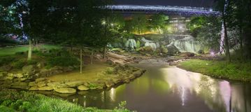 Άποψη νύχτας της γέφυρας και των καταρρακτών ελευθερίας στο πάρκο πτώσεων της Γκρήνβιλ Στοκ φωτογραφία με δικαίωμα ελεύθερης χρήσης