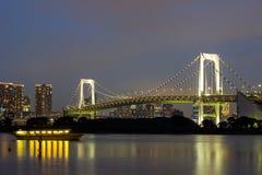 Άποψη νύχτας της γέφυρας ουράνιων τόξων και της περιβάλλουσας περιοχής κόλπων του Τόκιο όπως βλέπει από Odaiba, Minato, Τόκιο, Ια Στοκ Φωτογραφία