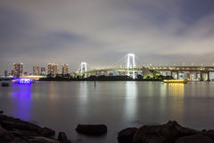 Άποψη νύχτας της γέφυρας ουράνιων τόξων και της περιβάλλουσας περιοχής κόλπων του Τόκιο όπως βλέπει από Odaiba, Minato, Τόκιο, Ια στοκ εικόνες