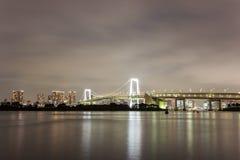 Άποψη νύχτας της γέφυρας ουράνιων τόξων και της περιβάλλουσας περιοχής κόλπων του Τόκιο όπως βλέπει από Odaiba, Minato, Τόκιο, Ια Στοκ φωτογραφίες με δικαίωμα ελεύθερης χρήσης