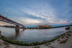 Άποψη νύχτας της γέφυρας ουράνιων τόξων στον ποταμό Δούναβης στο Νόβι Σαντ, SE Στοκ Φωτογραφίες