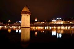 Άποψη νύχτας της γέφυρας παρεκκλησιών σε Λουκέρνη Στοκ Φωτογραφίες
