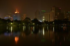 Άποψη νύχτας της Μπανγκόκ από το πάρκο Lumpini, Μπανγκόκ, Ταϊλάνδη. Στοκ Φωτογραφίες