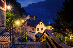 Άποψη νύχτας της οδού και των αυθεντικών σπιτιών σε Hallstatt, Αυστρία Στοκ Εικόνα