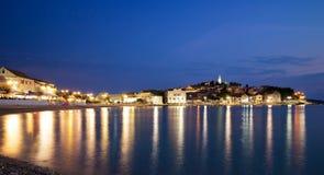 Άποψη νύχτας της παλαιάς πόλης Primosten, Κροατία Στοκ φωτογραφία με δικαίωμα ελεύθερης χρήσης