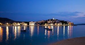 Άποψη νύχτας της παλαιάς πόλης Primosten, Κροατία Στοκ Εικόνες