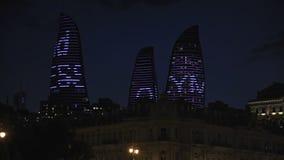 Άποψη νύχτας της πόλης με τους πύργους φλογών baklava απόθεμα βίντεο