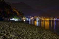 Άποψη νύχτας της φωτισμένης πόλης παραλιών στοκ φωτογραφία με δικαίωμα ελεύθερης χρήσης