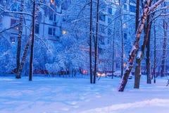 Άποψη νύχτας της χειμερινής πόλης με ένα σπίτι διαμερισμάτων Στοκ εικόνες με δικαίωμα ελεύθερης χρήσης