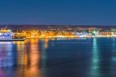 Άποψη νύχτας του αναχώματος στο λιμάνι της Πάφος, Κύπρος στοκ φωτογραφία