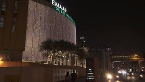 Άποψη νύχτας του βίντεο μήκους σε πόδηα αποθεμάτων λεωφόρων μαρινών του Ντουμπάι φιλμ μικρού μήκους