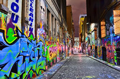 Άποψη νύχτας του ζωηρόχρωμου έργου τέχνης γκράφιτι στη Μελβούρνη Στοκ Φωτογραφίες