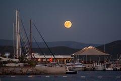 Άποψη νύχτας του λιμένα Το φεγγάρι στον ουρανό Στοκ φωτογραφίες με δικαίωμα ελεύθερης χρήσης